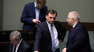 Wicepremier Jacek Sasin (pierwszy od prawej) rozmawia z ministrem sprawiedliwości i prokuratorem generalnym Zbigniewem Ziobrą podczas obrad Sejmu, 30 sierpnia 2019 r