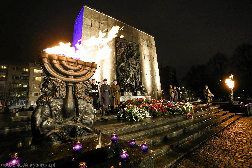 Warszawskie obchody XI Międzynarodowego Dnia Pamięci przy pomniku Bohaterów Getta w 2016 r.