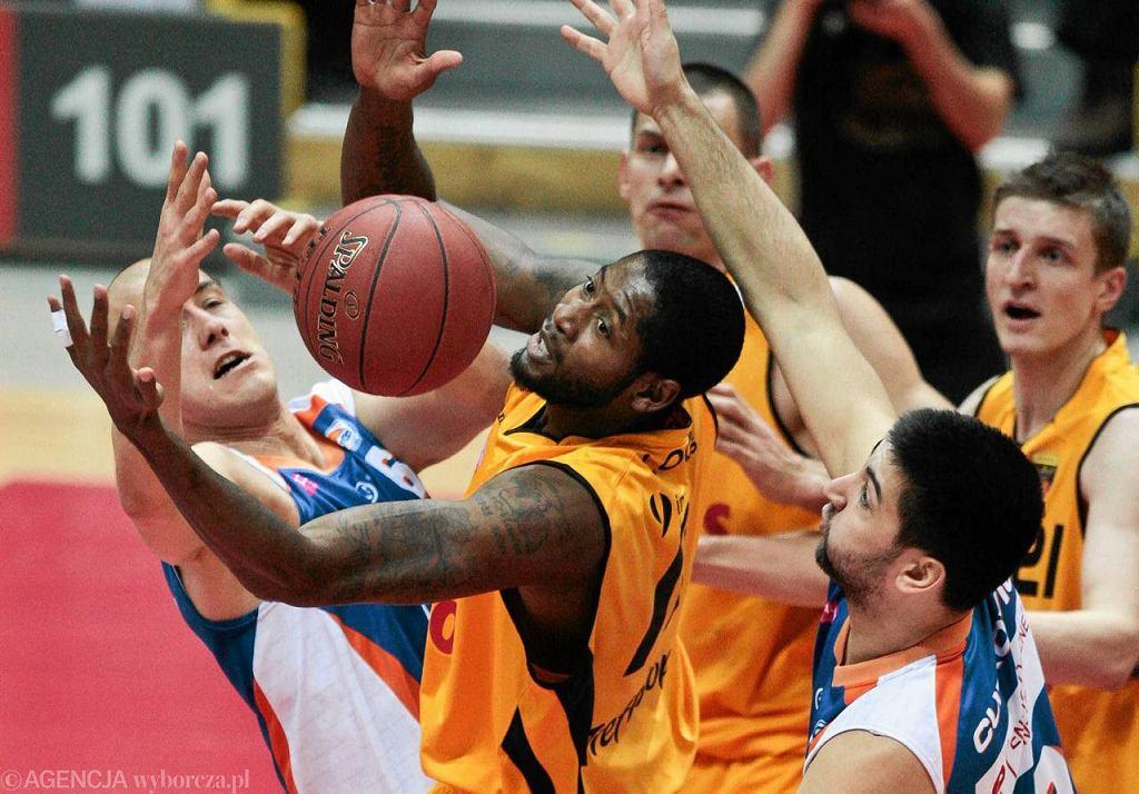 Koszykarze Trefla Sopot (żółte stroje) rozbili Rosę Radom