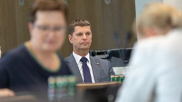 Minister edukacji narodowej Dariusz Piontkowski podczas posiedzenia sejmowej Komisji Edukacji, Nauki i Młodzieży ws. przygotowań Ministerstwa Edukacji do powrotu uczniów do szkół podczas pandemii koronawirusa .
