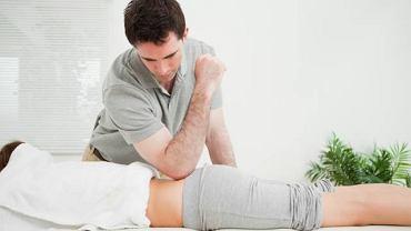 Regularne zabiegi masażu pozwolą usunąć napięcie w mięśniach, które przyczynia się do skrzywienia kręgosłupa, nie usuną jednak samego skrzywienia