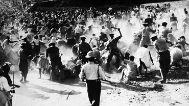 Rok 1959. Policja z Durbanu pałuje czarnych w odwecie za spalenie przez nich pijalni piwa - był to protest przeciw apartheidowi. W tym samym roku w Afrykańskim Kongresie Narodowym, partii Nelsona Mandeli, nastąpił rozłam i na scenie politycznej pojawił się bardziej radykalny Kongres Panafrykański.