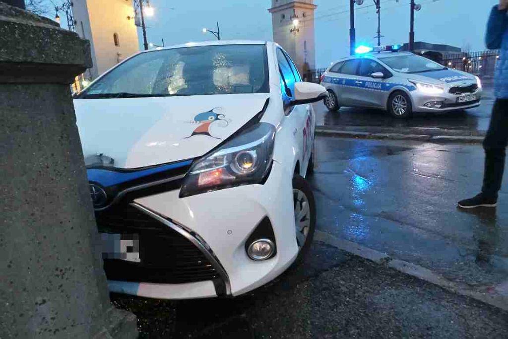 6 marca 2018 r. Kolizja auta z wypożyczalni Panek przy zjeździe z Mostu Poniatowskiego na Wisłostradę.