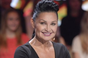 Iwona Pavlović w ostatnim odcinku Tańca z Gwiazdami zaskoczyła nas swoim wyglądem - zaprezentowała się w nowej fryzurze bez grzywki, a jej twarz wyglądała wyjątkowo promiennie. Jurorka kiedyś miała inny kształt nosa i naprzemiennie chudła i tyła. Zobaczcie, jak się zmieniała.