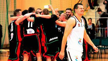 Grzegorz Malewski (Legia). W tle radujący się z wygranej koszykarze GKS Tychy