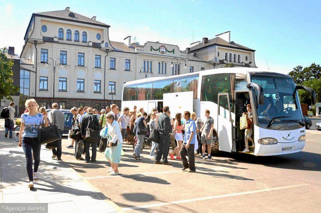Radom. Po awarii na torach do Warszawy pasażerowie wsiadają do zastępczych autobusów.