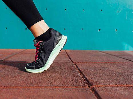 Przed treningiem warto poświęcić kilka chwil na rozgrzewkę stóp.