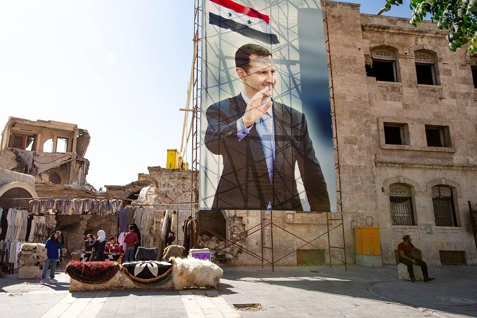 Wielki portret prezydenta Baszara al-Asada na starym mieście w Aleppo, niegdyś najbogatszym i największym mieście Syrii, 27 września 2019 r.