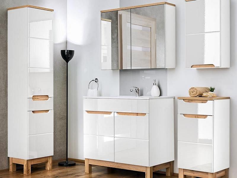 Biały i drewniany blat łazienkowy.