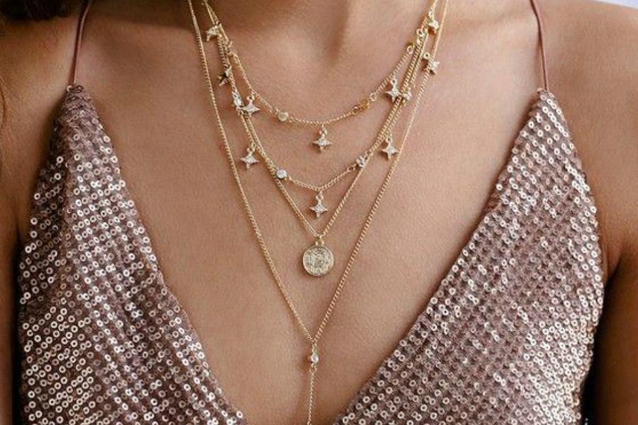 Złoty naszyjnik jest idealnym dodatkiem do każdej stylizacji!