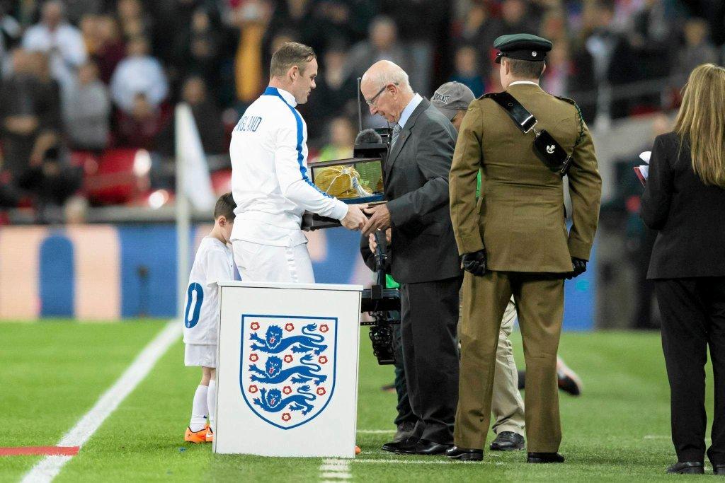 Anglia - Słowenia. Bobby Charlton wręcza Rooney'owi upominek z okazji setnego meczu w kadrze