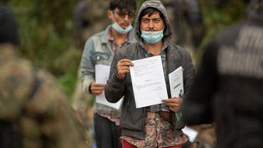 Uchodźcy w Afganistanu i Iraku przetrzymywanie na pasie ziemi niczyjej na granicy polsko ukraińskiej. Straż graniczna nie wpuszcza ich do Polski, białoruscy pogranicznicy nie pozwalają im wrócić na Białoruś. Usnarz Górny , 19 sierpnia 2021