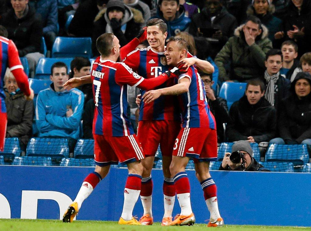 Robert Lewandowski cieszy się z kolegami z Bayernu