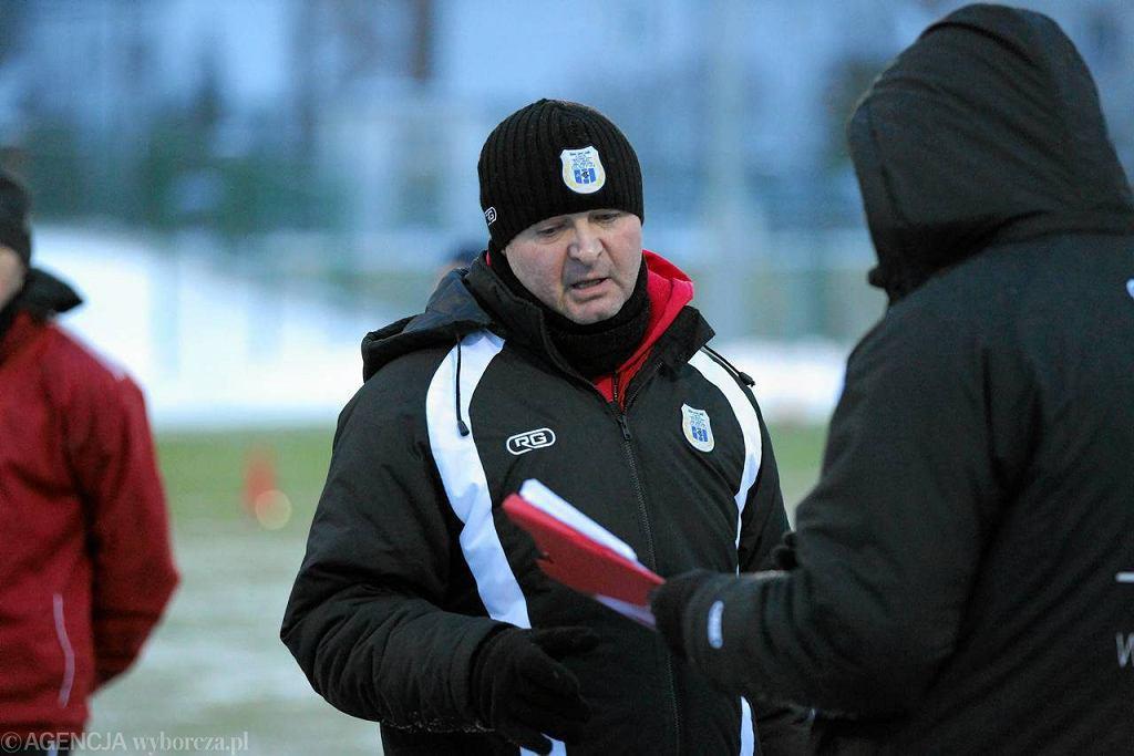 Trener Zbigniew Kaczmarek podczas treningu na boisku na Dajtkach