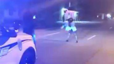 Tańczyła w nocy na ulicy, policjant zapalił jej światło