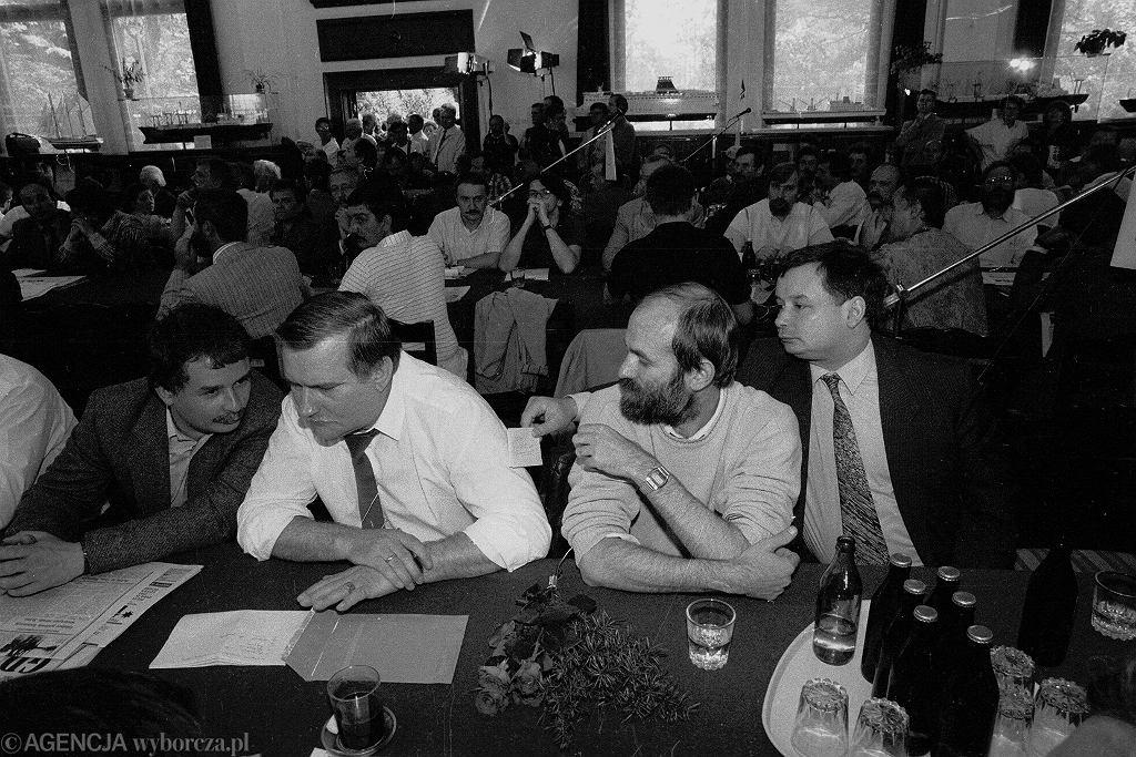 Lipiec 1990 - Lech Wałęsa i Lech Kaczyński na spotkaniu parlamentarzystów ze stoczniowcami w Gdański