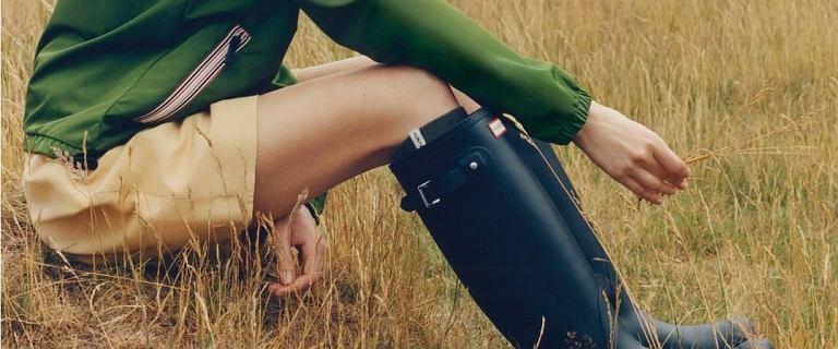 Ta brytyjska marka tworzy gumowe obuwie od 165 lat! Modne kalosze i botki kupisz teraz na wyprzedaży taniej nawet o 69%