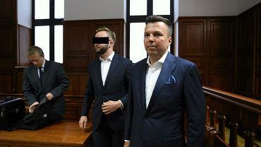 Biznesmen Marek Falenta i kelner Konrad L. (oskarżeni o podsłuchiwanie i nagrywanie gości restauracji 'Sowa i przyjaciele') podczas rozprawy