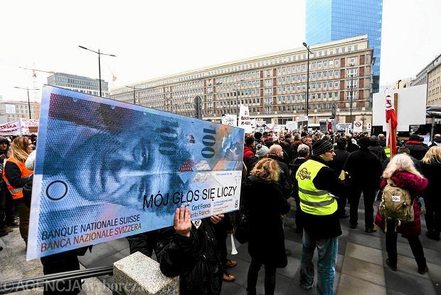 Nie będzie ustawowego przewalutowania kredytów we frankach. Przeciw rząd, NBP i nadzór finansowy