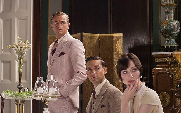 Leonardo di Caprio w różowym garniturze - scena z filmu 'Wielki Gatsby'
