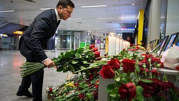 Prezydent Wołodymyr Zełenski składa kwiaty w miejscu poświęconym pamięci załogi ukraińskiego boeinga 737 lecącego z Teheranu do Kijowa. W katastrofie zginęło 176 jego pasażerów i 9 członków załogi. Międzynarodowe lotnisko w Boryspolu pod Kijowem, 9 stycznia 2020 r.