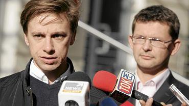 Październik 2013 r. Krzysztof Bosak (z lewej) oraz Witold Tumanowicz na konferencji w sprawie zgłoszenia Marszu Niepodległości