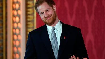 Książę Harry pierwszy raz pokazał się publicznie od czasu ogłoszenia odejścia z dworu. Zignorował pytania dziennikarzy, ale zażartował sobie z babci