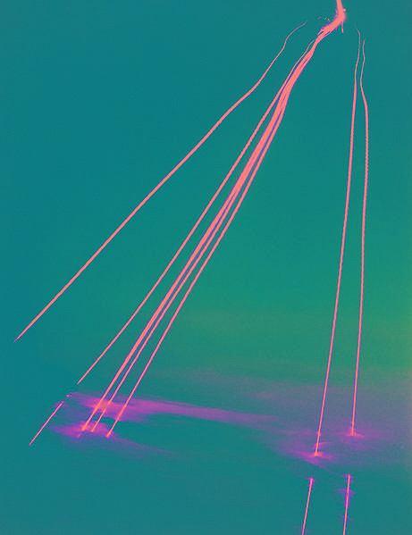 Ślady po serii ćwiczebnych głowic termojądrowych pocisku Peackeeper wchodzących w atmosferę nad atolem Kwajalein