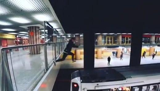 Mężczyzna skoczył na dach pociągu metra, a filmikiem pochwalił się w sieci