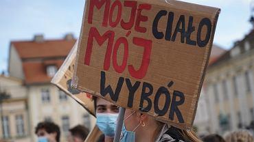 Bydgoska manifestacja przeciw orzeczeniu trybujalu Julii Przylebskiej ws. niezgodnosci z konstytucja legalnej aborcji w przypadku ciezkich i nieusuwalnych wad plodu