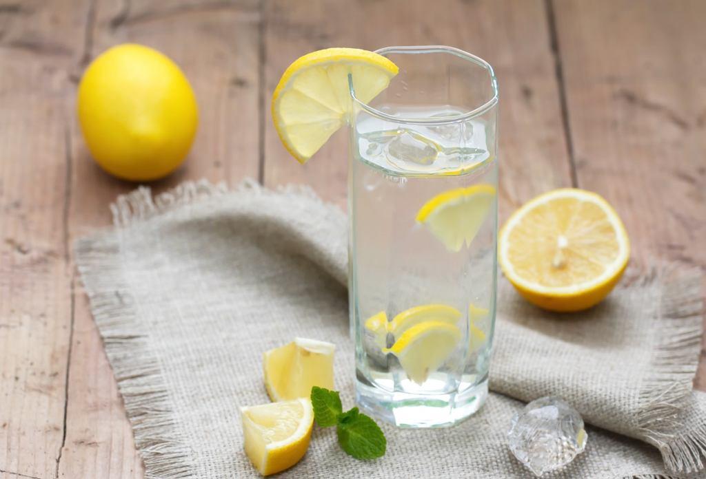 Dobrze zaczynać dzień od szklanki wody z cytryną. Codziennie, nie tylko w ramach detoksu