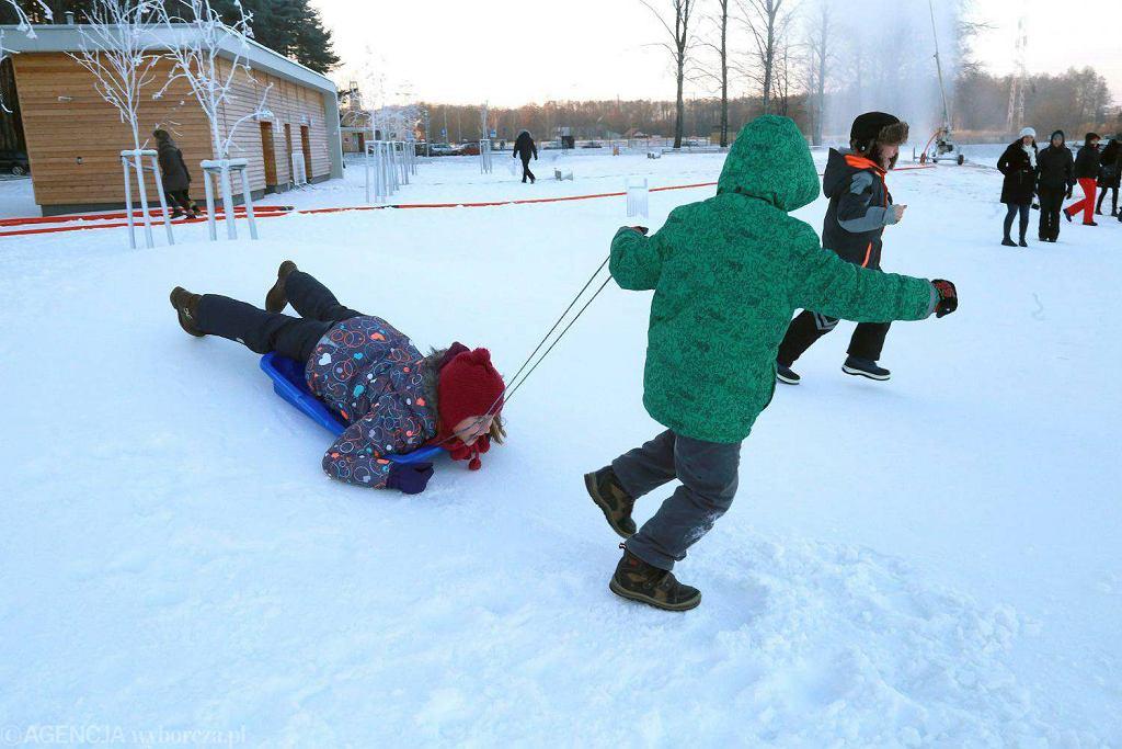 Białystok. BOSiR. Ferie zimowe. Zabawy dzieci na śniegu