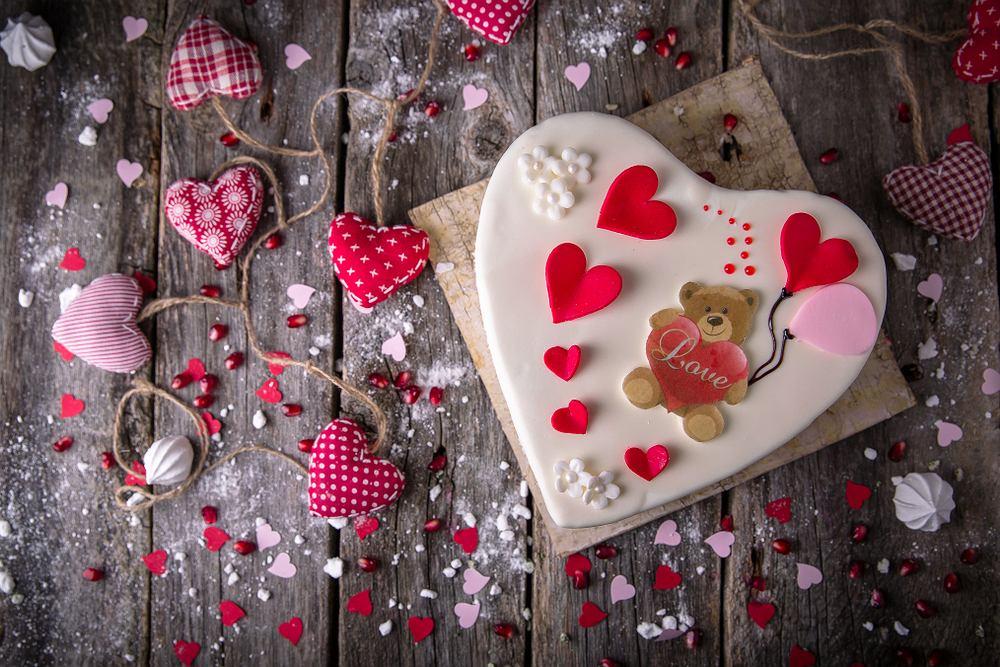 Tort o kształcie serca na walentynki. Zdjęcie ilustracyjne