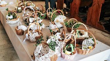 Wielka Sobota to dzień święcenia pokarmów. W przeszłości święciło się wszystkie potrawy przygotowane na wielkanocne śniadanie. Jaja, mięsa oraz ciasta ustawiano na dużym, świątecznie nakrytym stole, przy którym zbierali się wszyscy domownicy i czekali na przybycia księdza. W dzisiejszym świątecznym koszyku symbolicznie powinny znaleźć się jaja (symbol nowego życia) w postaci kolorowych pisanek, sól (ma chronić przed zepsuciem), baranek (symbol zmartwychwstania Jezusa Chrystusa) dawniej formowany z masła lub ciasta, dziś może być z czekolady; chrzan i chleb. Polacy często do koszyka wkładają też kiełbasę czy babkę wielkanocną. Koszyk, najczęściej z wikliny, przystraja się listkami bukszpanu lub borowiny. Piękne koszyki wielkanocne znaleźliśmy dziś w Parafii św. Urszuli Ledóchowskiej w Lublinie.