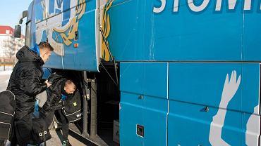 Styczeń 2014 r. Piłkarze Stomilu pakują się do klubowego autokaru przed wyjazdem na zgrupowanie. Teraz się pakują, by wrócić w rodzinne strony, bo klubu nie stać na wypłaty dla nich