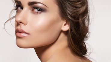 Jak korzystać z rozświetlacza do twarzy?