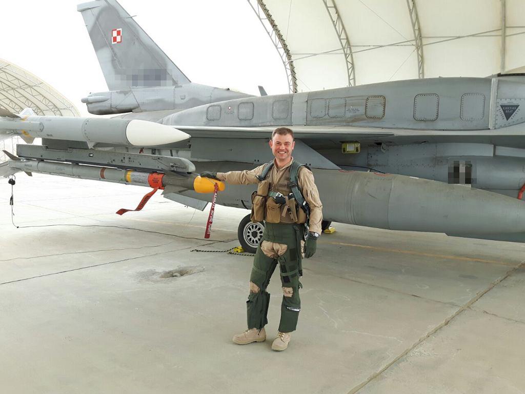 Kuwejt. Przed pierwszym lotem bojowym na rozpoznanie nad terytorium dżihadystów. Widać pistolet i zapas amunicji w kamizelce, przez które trudno było się ruszać w kokpicie, ale których żaden sojuszniczy lotnik nie chciał zostawić po zobaczeniu nagrań zamordowania przez fanatyków jordańskiego pilota F-16.
