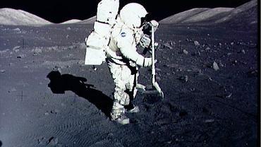 Harrison H. Schmitt pobiera próbki podczas misji Apollo-17