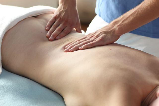 Zdjęcie ilustracyjne. Masaż kręgosłupa: ugniatanie, oklepywanie, wcieranie olejków... Przyjemne z pożytecznym