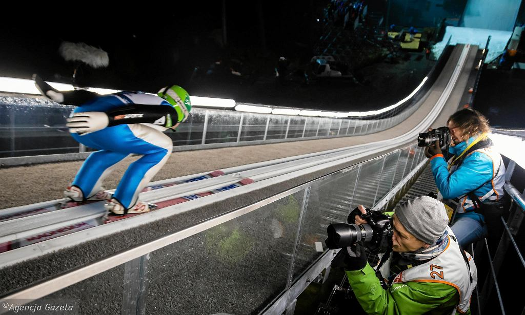 Stefan Kraft, najlepszy skoczek ubiegłego sezonu wygrał kwalifikacje i obie serie treningowe w Wiśle. Kamil Stoch - najlepszy z Polaków - był w kwalifikacjach piąty. Stracił do Krafta 4,5 m oraz 5,8 pkt. Do niedzielnego konkursu indywidualnego awansowało jeszcze sześciu Polaków. Pierwszy raz w historii inauguracja Pucharu Świata w skokach narciarskich będzie miała miejsce na polskiej ziemi, w Wiśle. Za oknem wciąż zielono, ale zawody uda się przeprowadzić dzięki specjalnym torom lodowym, po których rozpędzą się skoczkowie oraz tonom sztucznego śniegu rozłożonego na zeskoku skoczni w Malince. Zagwarantowanie zimowych warunków to dla organizatorów duże wyzwanie, bowiem tak wcześnie Kamil Stoch i spółka jeszcze nie skakali. Start sezonu odbywał się zazwyczaj w ostatni weekend listopada, a czasami dopiero w grudniu. W sobotę w Beskidach odbędzie się konkurs drużynowy (początek o godzinie 16.), a w niedzielę indywidualny (g.15). Zawody zobaczy na żywo po osiem tysięcy kibiców.