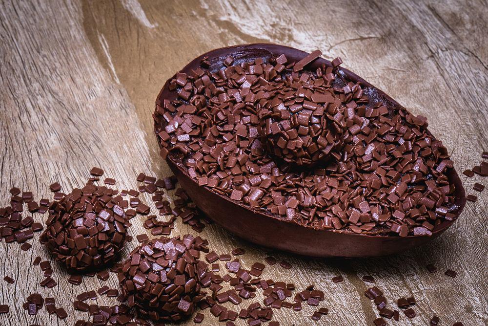 Czekoladki wielkanocne można wypełnić czekoladowymi granulkami