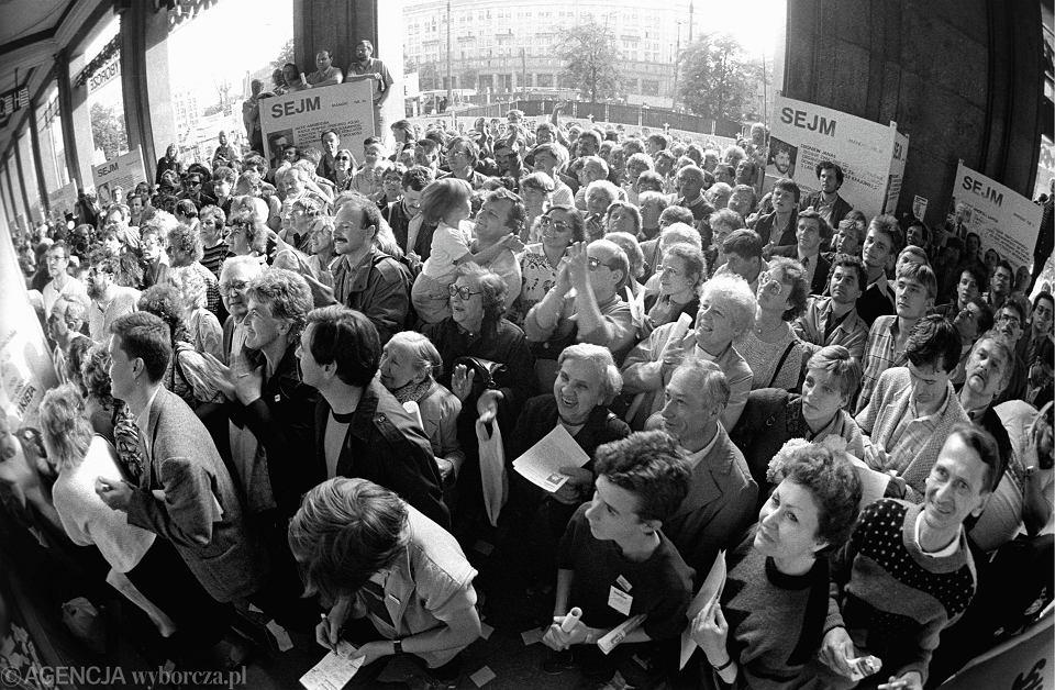 Radość wyników pierwszych częściowo wolnych wyborów. Kawiarnia 'Niespodzianka', Warszawa, 5 czerwca 1989 r.