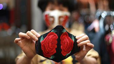 Pandemia koronawirusa. Maski w ofercie wietnamskich handlowców. Hanoi, 15 kwietnia 2020