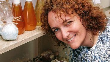 Anna Wijaszka w manufakturze 'Mydlarnia z Natury Lepsze' ręcznie produkuje naturalne kosmetyki