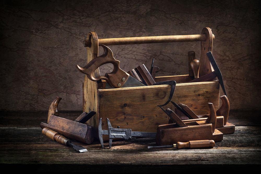 Skrzynia narzędziowa, czyli jak przechowywać niezbędne akcesoria ogrodowe. Zdjęcie ilustracyjne