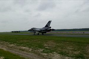 Belgijski F-16 macha do radomskiej publiczności