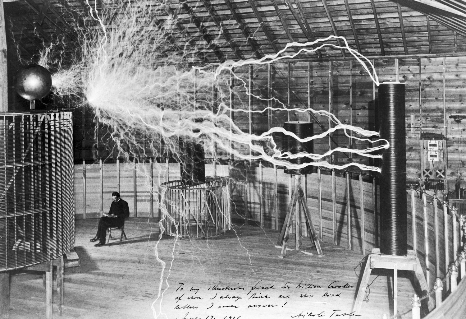 Nikola Tesla w swoim laboratorium w Colorado Springs 1899 roku (fot. Wikimedia Commons)