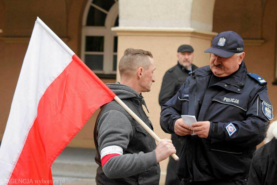 Zdjęcie numer 3 w galerii - KOD na opolskim rynku w obronie konstytucji. Kontrmanifestanci: Zdrajcy Polski! [WIDEO, ZDJĘCIA]