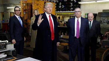 Prezydent USA Donald Trump. Z tyłu, pierwszy z lewej stoi sekretarz skarbu Steven Mnuchin.
