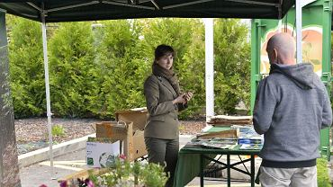 Każdy, kto w sobotę przywiózł makulaturę, puszki lub butelki do Punktu Selektywnej Zbiórki Odpadów Komunalnych przy ul. Straconki w Bielsku-Białej, dostawał sadzonki drzew lub kwiatów. Odbyła się tu kolejna akcja 'Drzewko za surowce'. </p> Organizując akcję 'Drzewko za surowce' Fundacja Ekologiczna Arka zachęca mieszkańców Bielska-Białej i okolic do zbierania surowców wtórnych. Jesienna edycja akcji odbyła się w sobotę w Punkcie Selektywnej Zbiórki Odpadów Komunalnych przy ul. Straconki 1 w Bielsku-Białej. </p> Duże kontenery szybko zapełniały się surowcami. Za każde 20 butelek plastikowych lub szklanych, 20 puszek albo 10 kg makulatury leśnicy z Regionalnej Dyrekcji Lasów Państwowych w Katowicach wręczali sadzonki drzew. W tej edycji przygotowali 3 tys. sadzonek sosny, świerka, jodły, modrzewia, dębu i lipy. Większość z nich pochodzi ze szkółki leśnej Woleństwo w Nadleśnictwie Ustroń oraz szkółki kontenerowej w Nadleśnictwie Kobiór. Chętni mogli także wybrać sadzonki kwiatów. </p> Zebrane surowce zostaną sprzedane, a za te pieniądze ekolodzy kupią rowery dla dzieci z domów dziecka i świetlic środowiskowych.